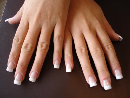 pequeñas extenciones de resinas acrilicas ,natural,transparente o bien los ULTRA WHITE, utilizados para la creacion de FRENCH PERMANENTE.