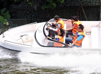 melaju dengan speed boat di danau buatan kebun binatang gembira loka yogya