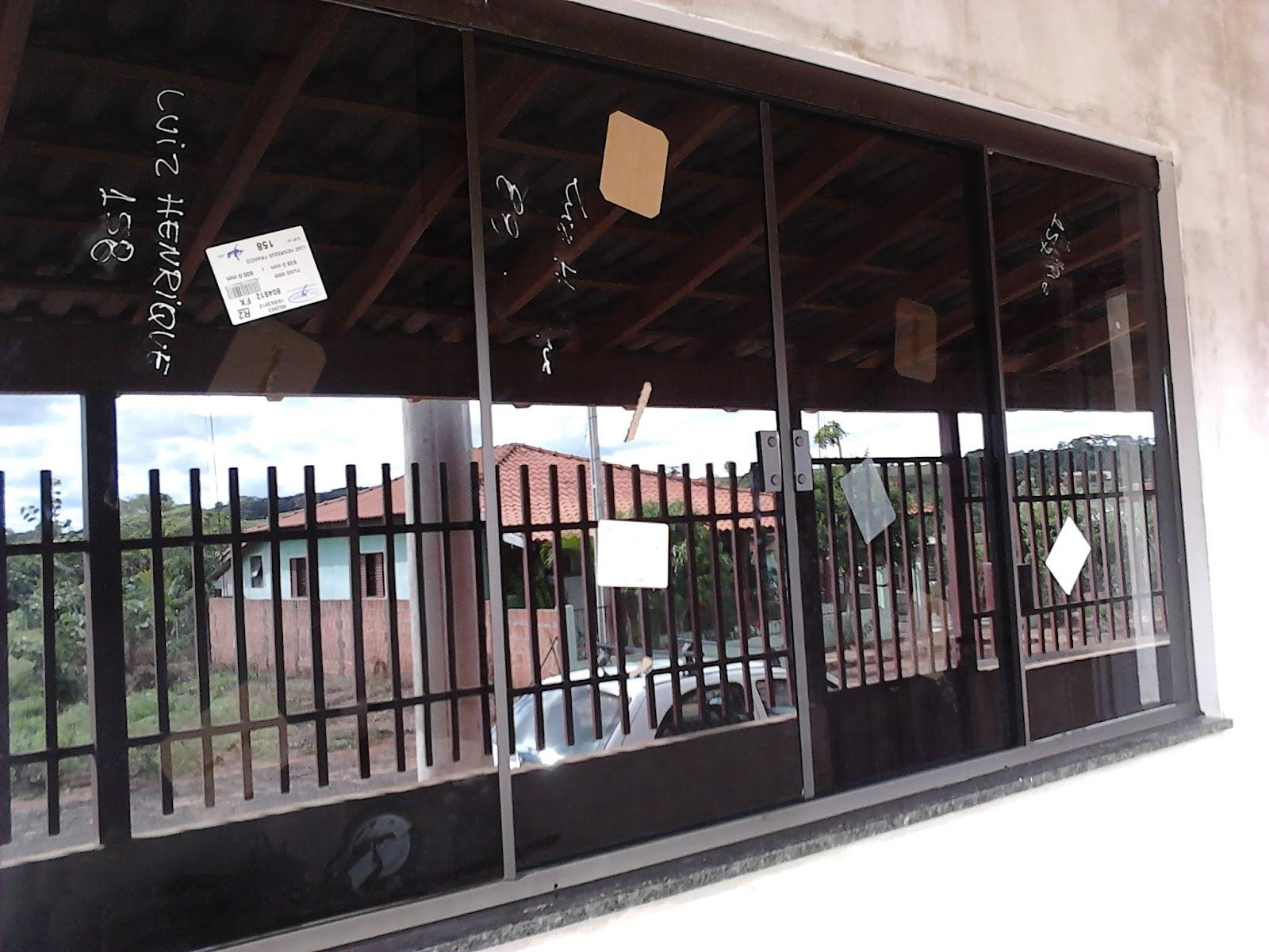 #7F5D4C Perfil de Instalação em Alumínio na cor Bronze e fechaduras no  4384 Janela Aluminio Instalação