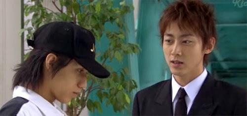 Nakahara and Tsutsumi talk in the hallway.