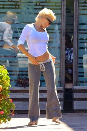 Pamela Anderson chevauche un coq