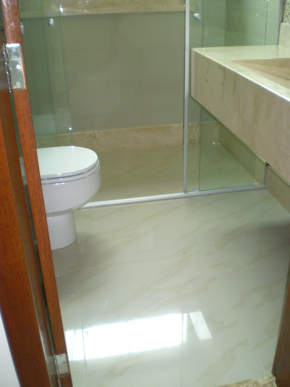 Fica sempre meio embaçado não parece sujo de poeira com facilidade  #6D3B1B 1200x1600 Banheiro Com Porcelanato Polido