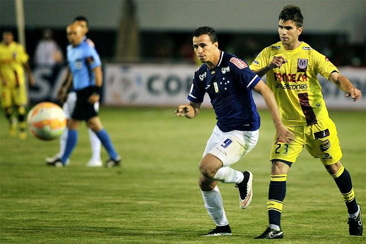 Leandro Damião disputada a bola durante a partida