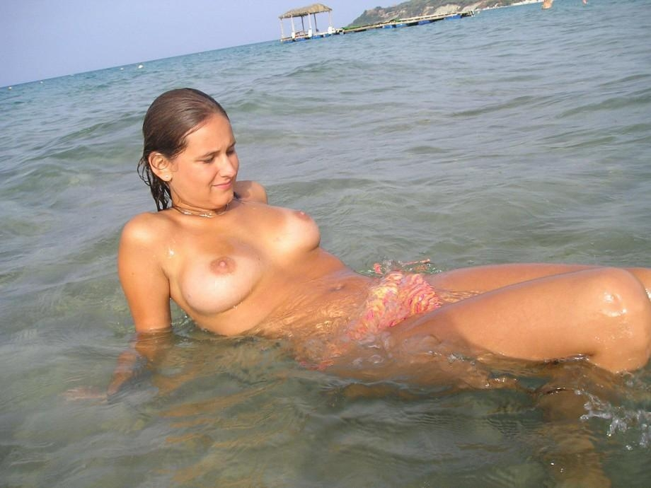 Brunette Exposing Her Full Tits At Public Beach | Naked Girls With ...: nakedgirlswithcameras.blogspot.com/2012/02/brunette-exposing-her...