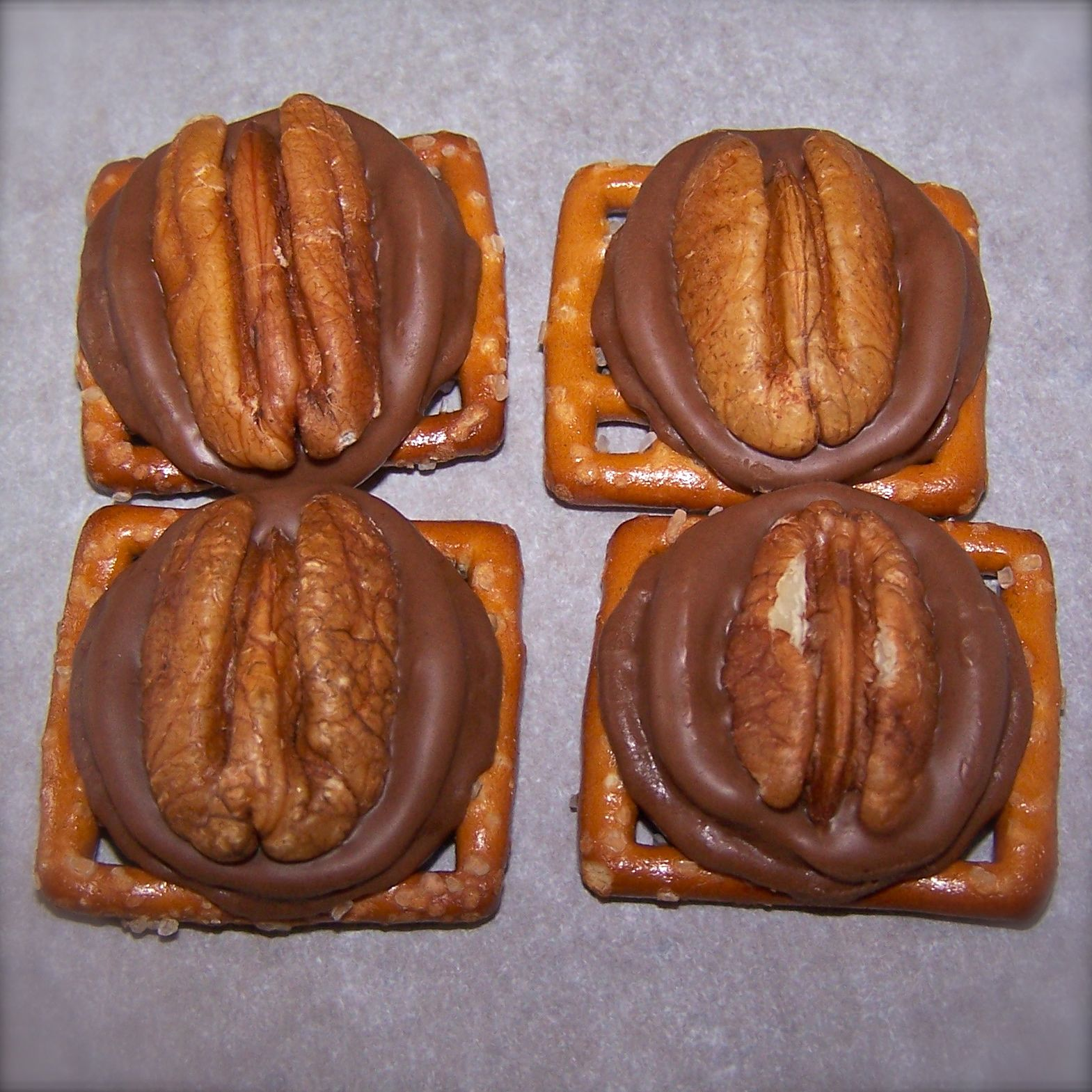 Heather's Recipes: Rolo Pretzel Turtles