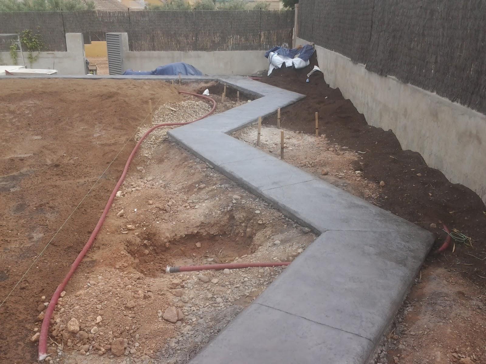 Sendero de hormig n impreso en jardin pavimentos - Jardineras de cemento ...