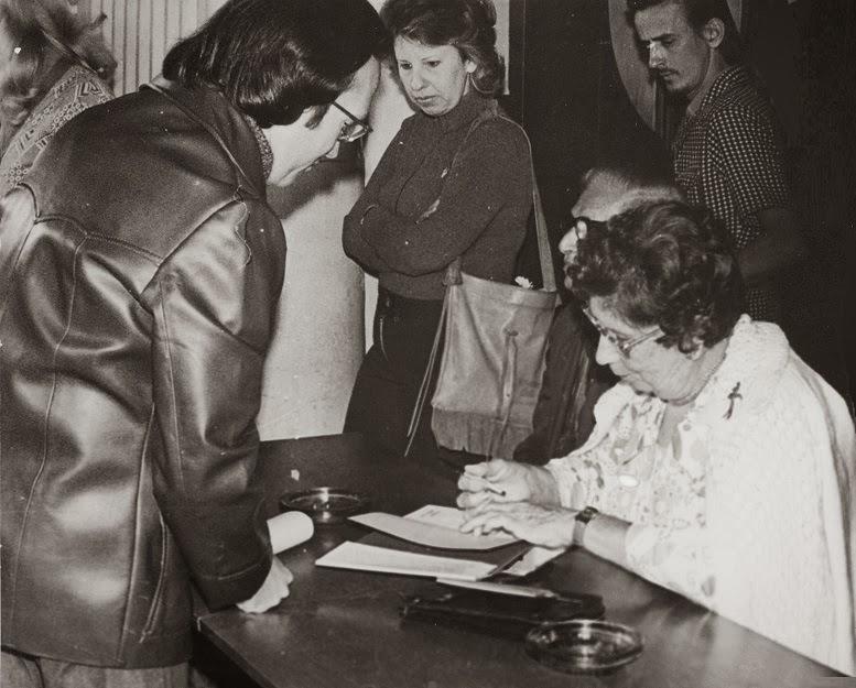 Dora Alonso firma en Santa Clara