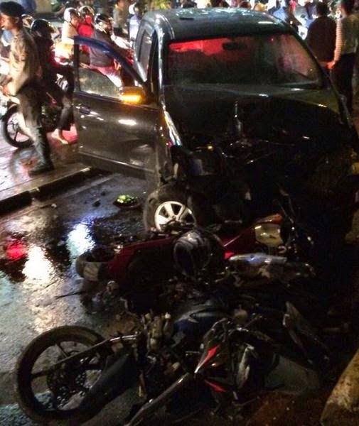 kecelakaan beruntun jl arteri indah jakarta selatani melibatkan 4 mobil dan 6 motor