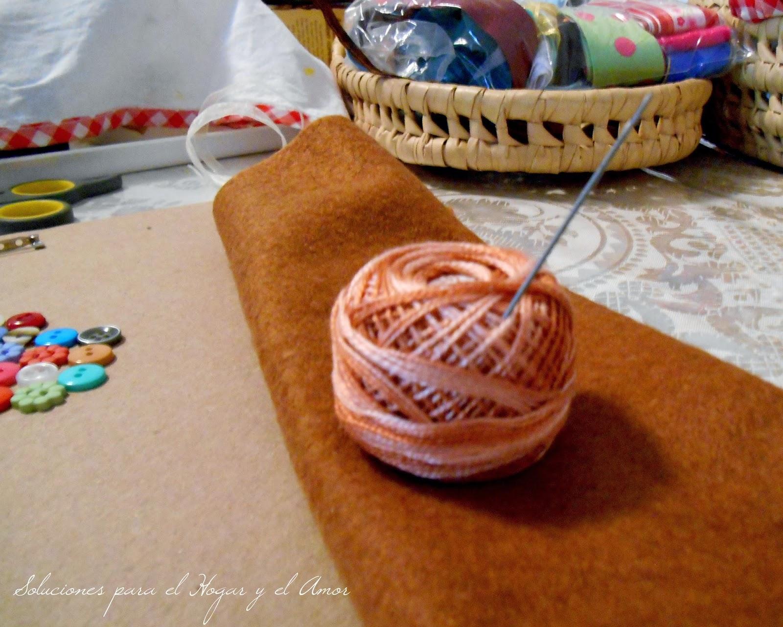 fieltro, hilo y aguja de bordar