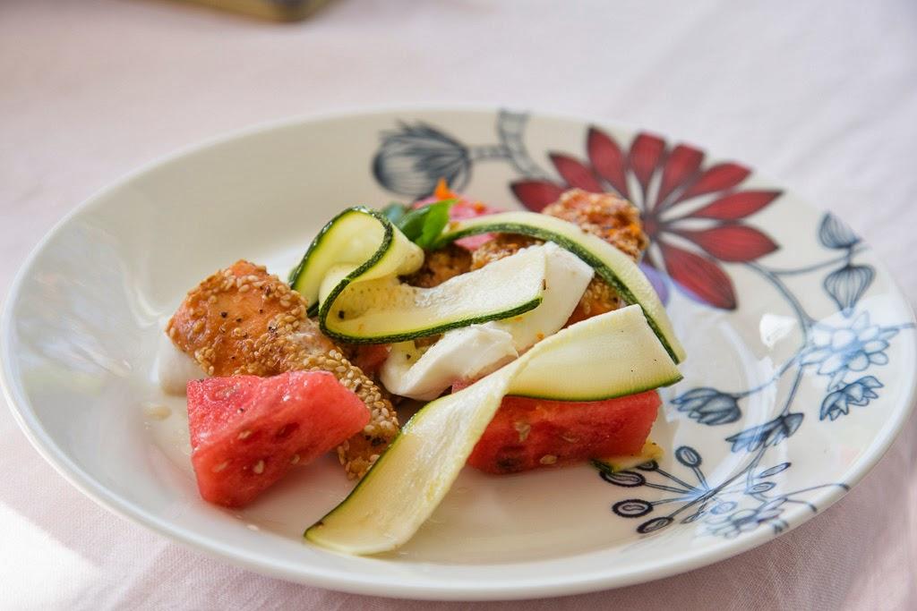 bataatti, kesäkurpitsa, seesaminsiemen, salaatti