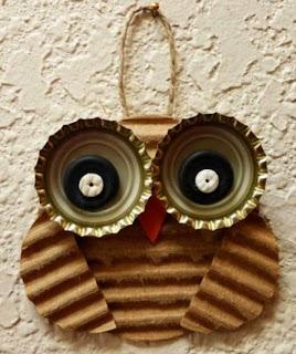 http://www.manualidadesblog.com/un-buho-con-materiales-reciclados/