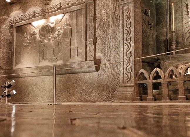 Suelo, paredes y adornos esculpidos en la sal