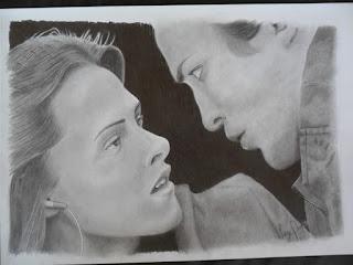 Desenho realista de um casal se olhando, quase se beijando