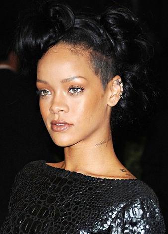 Rihanna değişik siyah saç modeli