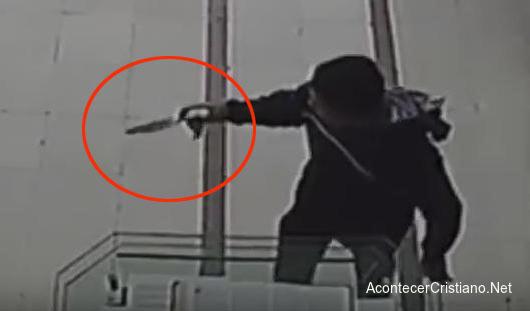 Hombre se desploma al intentar asesinar a pastor