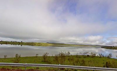 Paisaje cerca de la presa del embalse del Ruecas