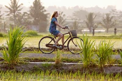 Adegan Julia Robert bersepeda dalam film 'Eat Pray Love