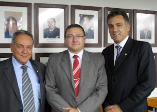 Deputados Édio Lopes (esq.) e Guilhermo Campos (dir.) com Bene Barbosa, do Movimento Viva Brasil