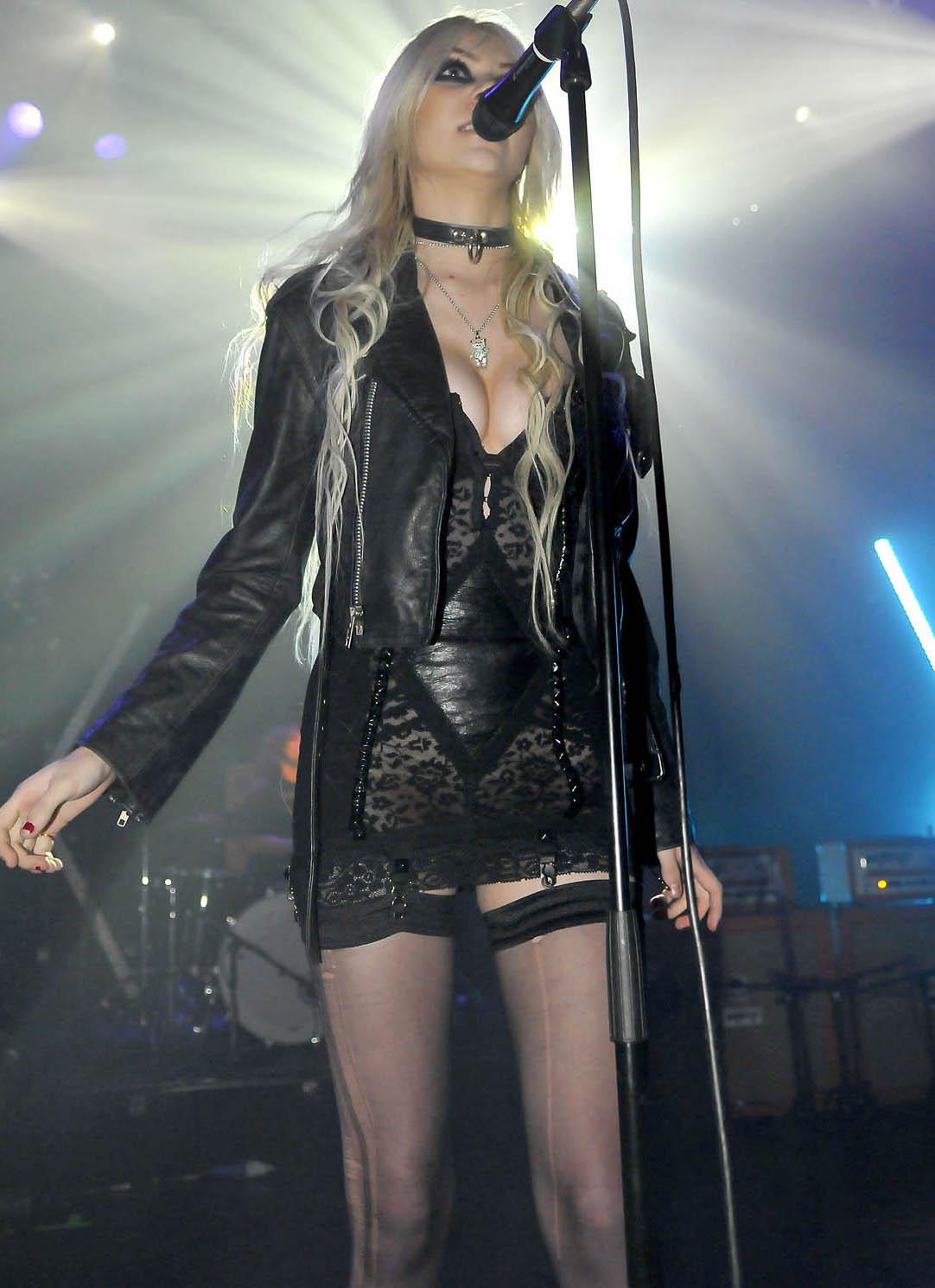 http://4.bp.blogspot.com/-IvbU9Od1zsw/TaFuMW0fQ6I/AAAAAAAAAVg/qX9RA31fMis/s1600/Taylor+Momsen+Live+Concert+Stills.jpg