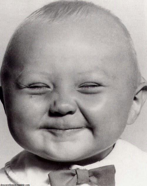 Photo noir et blanc Bébé qui fait la grimace