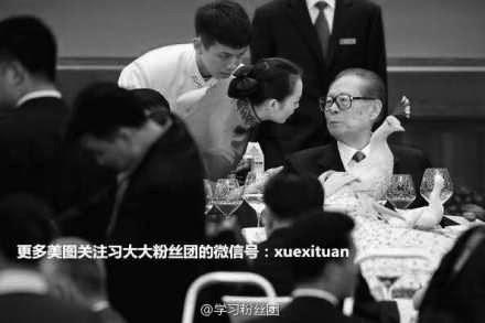 (上图)两天前的9月29日音乐会上,江泽民两眼直勾勾的看着〝美女〞的脸