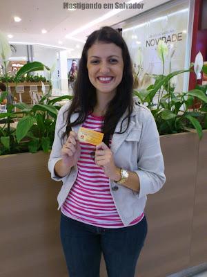 Camila Salles com o voucher da Cheiro de Pizza