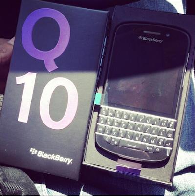 Una de las características menores del BlackBerry Q10 es la capacidad integrada para capturar la pantalla. A diferencia de los teléfonos BlackBerry de los últimos años, ya no se necesita una aplicación externa (o cualquier aplicación de terceros) para tomar una captura de pantalla en tu BlackBerry Q10. Es posible que desees tomar una captura de pantalla en tu dispositivo es por ello que el día de hoy te traemos está guía la cual te muestra los pasos para realizarlo. El método para tomar una captura de pantalla en tu BlackBerry Q10 es la misma que en el Z10 y