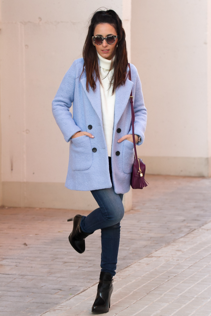 Como combinar abrigo azul