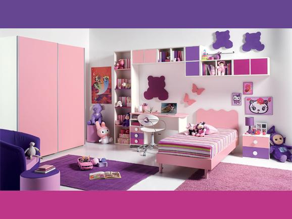 Decoración de dormitorio para niña en colores rosa y lila con fondo