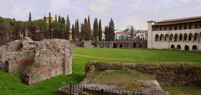 File:Anfiteatro romano Arezzo.jpg