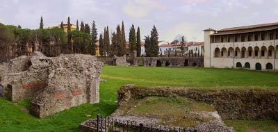 File:Anfiteatro romano Arezzo.jpg