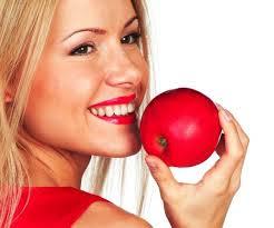 Makan buah apel untuk menghilangkan karang gigi