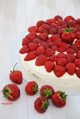 Das Rezept für Erdbeertorte mit Buttercreme sieht schwierig aus, ist es aber nicht!