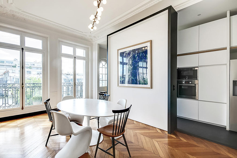 Un appartement haussmannien moderne et design blog d co for Appartement moderne salle a manger