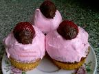 Epres muffin eperhabbal, tejtermék mentes sütemény, csokoládémázzal és eperrel a tetején.
