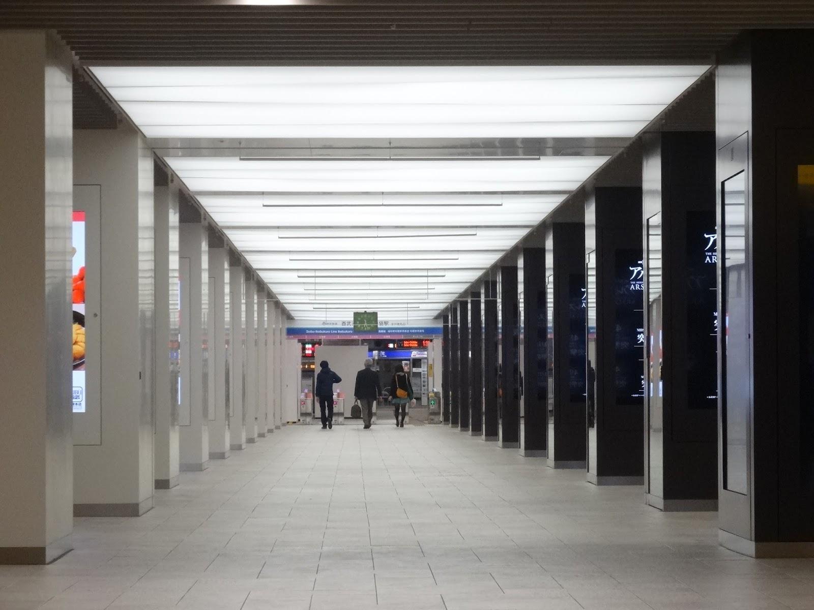 西武池袋駅,地下改札,電飾看板〈著作権フリー画像〉Free Stock Photos