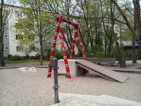 Klettergerüst U3 : Kein stubenkoller: spielplatz: pinguin spielplatz im friedrichshain