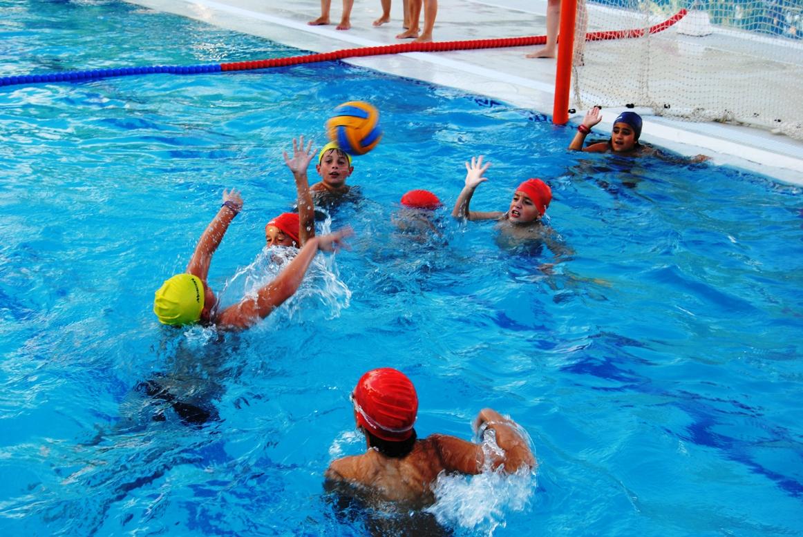 A ora directo deporte con el agua al cuello for Piscina municipal sitges