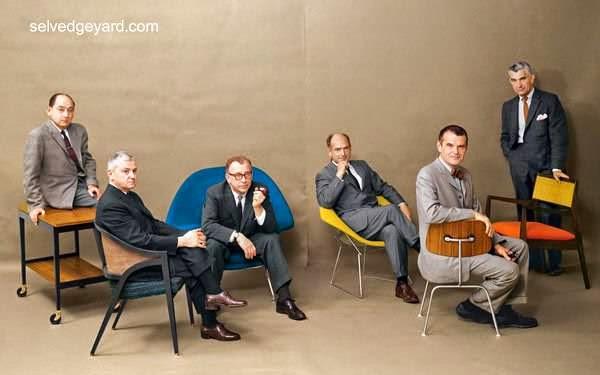 Diseñadores y arquitectos modernos en sillas de sus diseños 1961