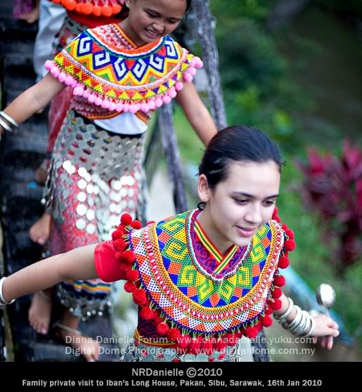 Beautiful Iban Women http://invisibleladyvya.blogspot.com/2011/02/traditional-dance-ngajat-iban-from.html