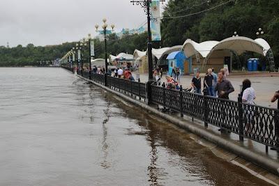 Подтопляемая наводнением набережная в Хабаровске
