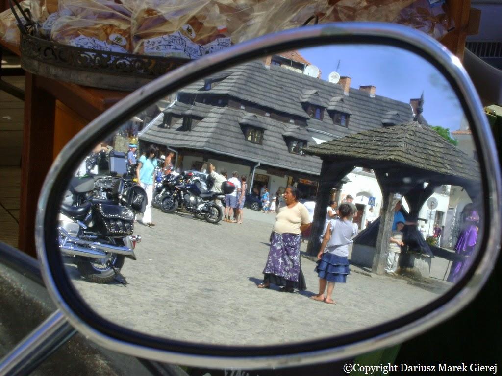 Cyganki z Opola Lubelskiego wróżą turystom przebywającym na kazimierskim rynku. Tym razem zbierają pieniądze na buty da córki jednej z nich.  Fot Dariusz Marek Gierej