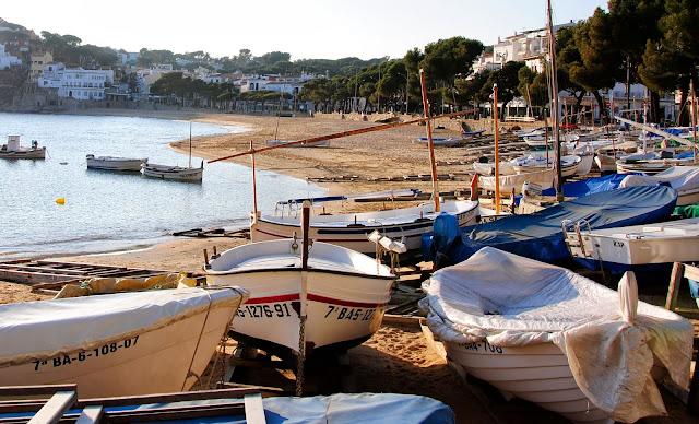 Barques a la platja de Llafranc