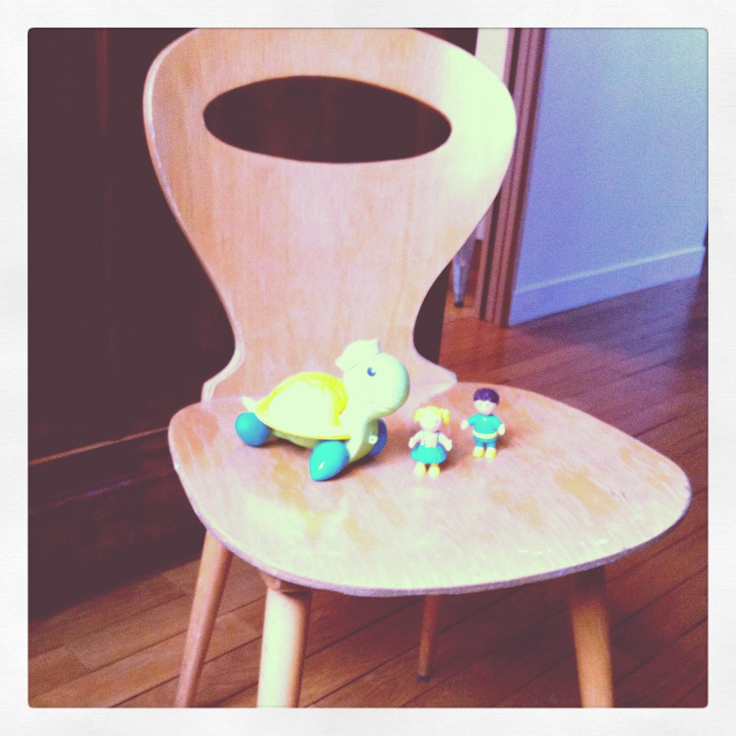 les petites m celle qui se prend de passion pour les chaises. Black Bedroom Furniture Sets. Home Design Ideas
