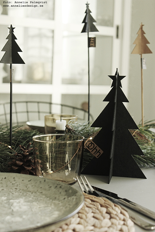 bordsdekorationer, dekorationer, juldukning, dukning, bordsdukning, jul, julen, julens, grankvistar, tallkvistar, kottar, gran, granar, Oohh, matbord, matbordet, julmat, julmaten, granar på pinne, gran på pinne,