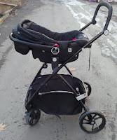 Anakucağı takılmış bebek arabası