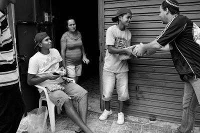 Ventura distribui comida na favela do Jangadeiro. Foto: Abbas/Magnum.