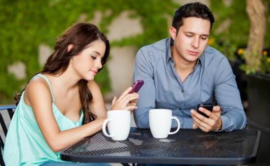 Casal namora pelo celular!!!