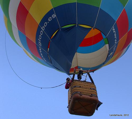 Καναλάρχης σήκωσε αερόστατο εξοπλισμένο με κάμερες πάνω από τη βίλα του. Τρόμος στη χώρα της κινούμενης άμμου!