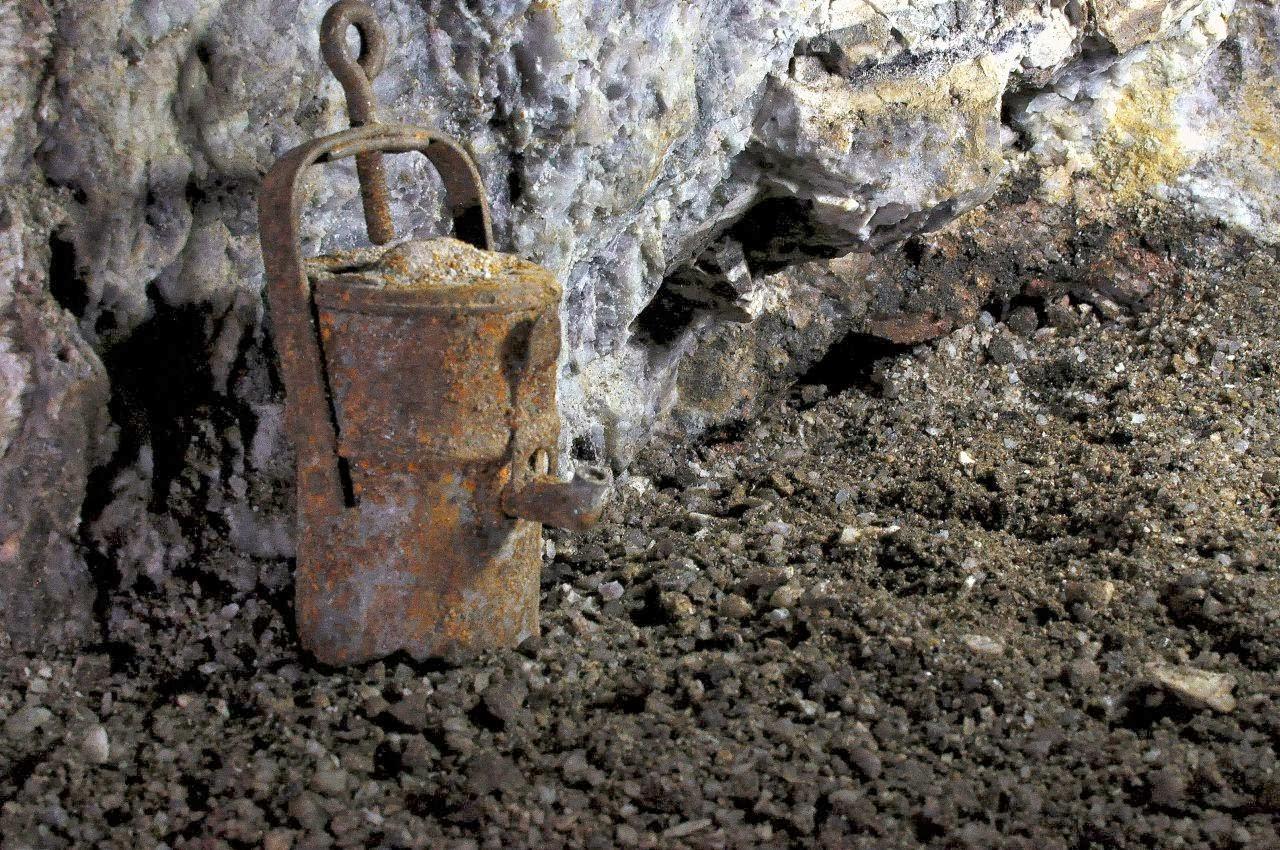 Zrudziały, dawno już nieczynny kaganek na podłodze w kopalni uranu w Kletnie